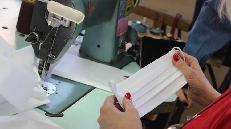 Шить и бесплатно раздавать маски начали на фабрике в Белых Берегах
