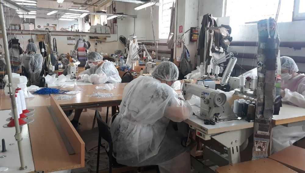 В Брянске работницы мебельной фабрики занялись выпуском защитных масок