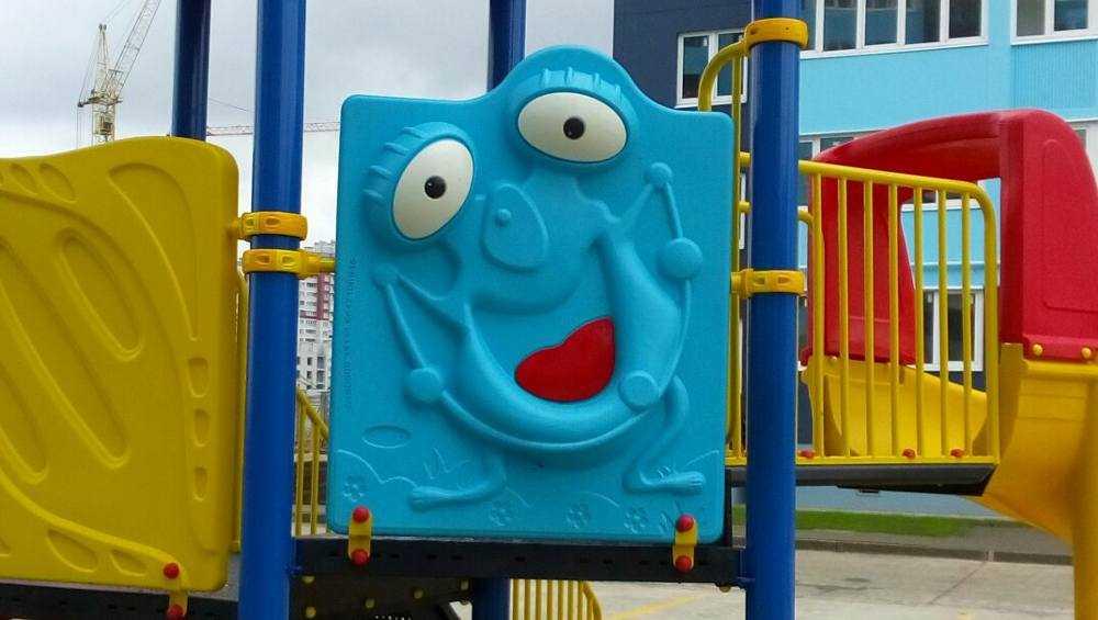 Изображения коронавируса разглядели на детских площадках в Брянске