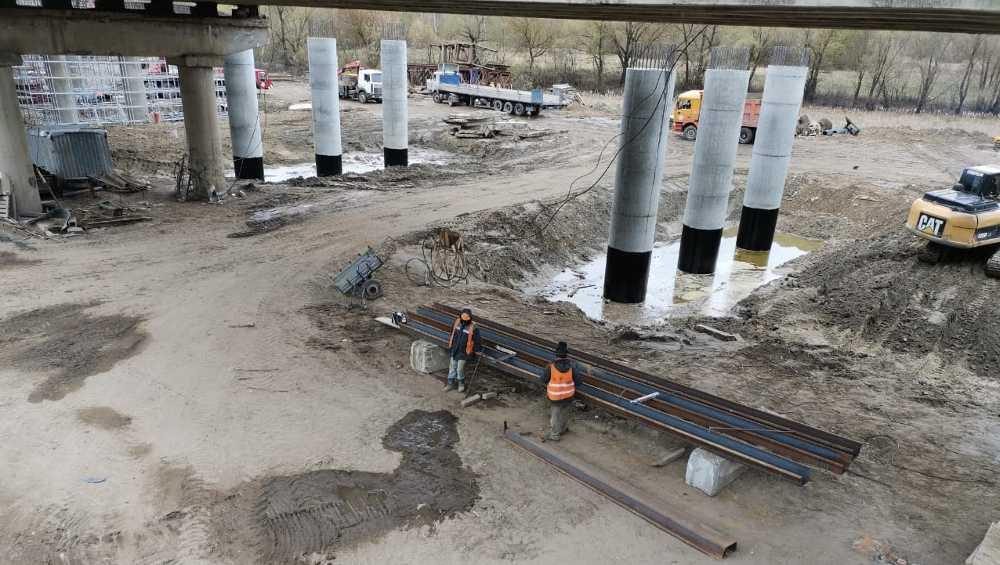 В Брянске на Литейном мосту начали ставить опоры в русле Десны