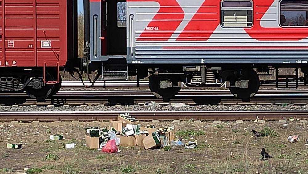 В Клинцах военных упрекнули за мусор возле железнодорожной станции