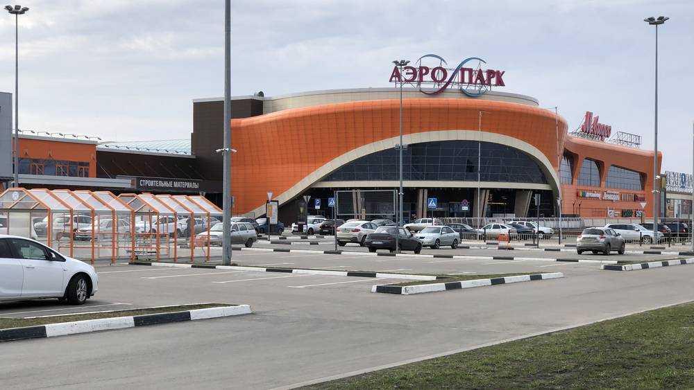 В Брянске на парковке у ТРЦ «Аэропарк» автомобиль Volkswagen сбил мужчину