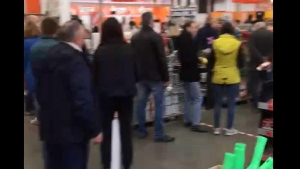 В Брянске потребовали ликвидировать очереди возле магазина «ОБИ»