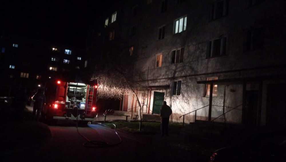 В Клинцах из горевшей многоэтажки пожарные вынесли двоих детей