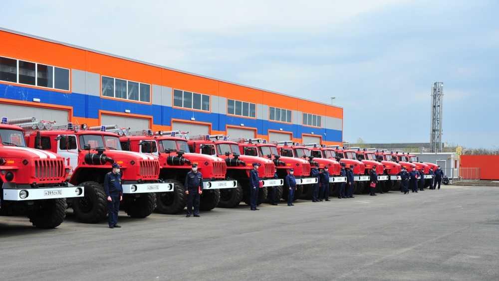 Брянским пожарным передали 17 новых автоцистерн