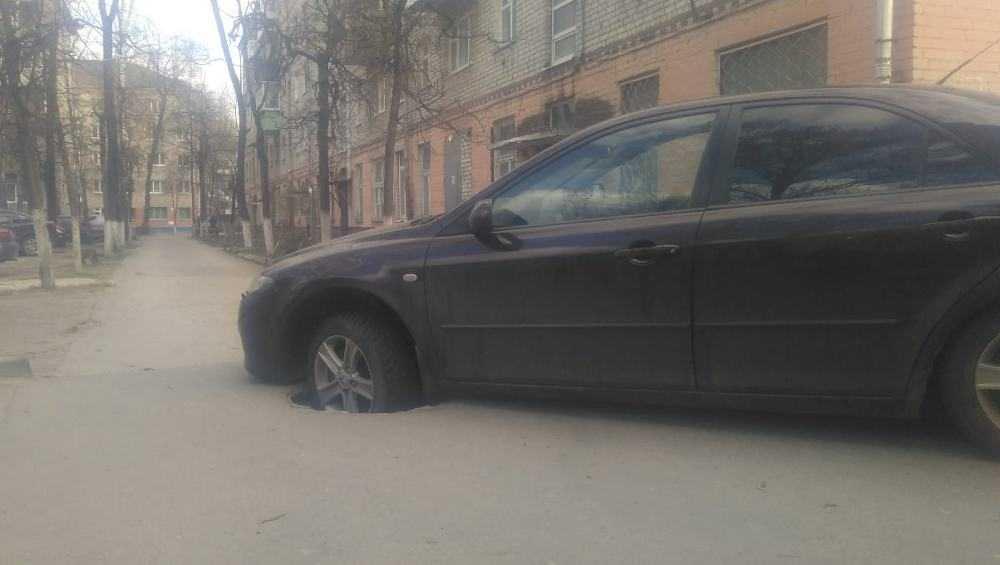 В Брянске во дворе дома автомобиль провалился в открытый люк