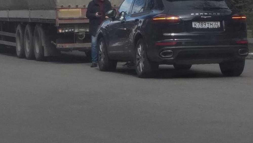 В центре Брянска легковушка протаранила грузовик