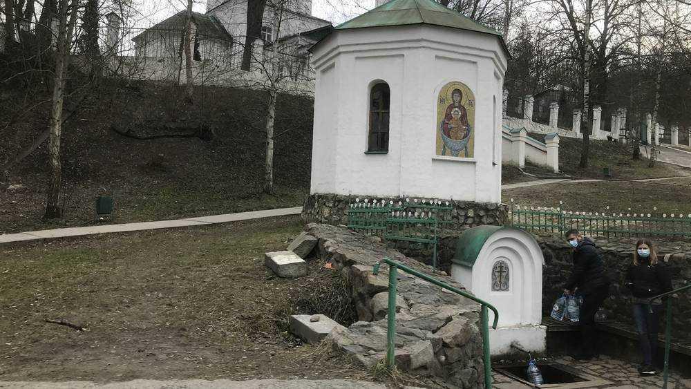 Жители Брянска стали соблюдать меры предосторожности возле родников