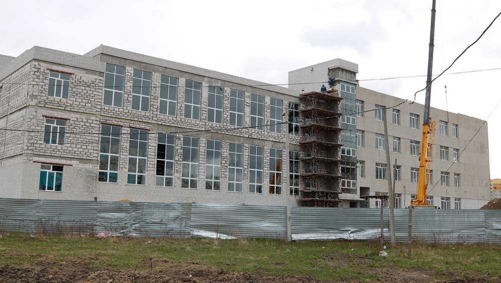 В Брянске после перерыва продолжили строить школу в старом аэропорту