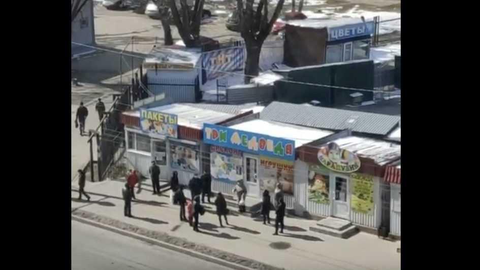 В Брянске возле рынка собралась странная группа граждан