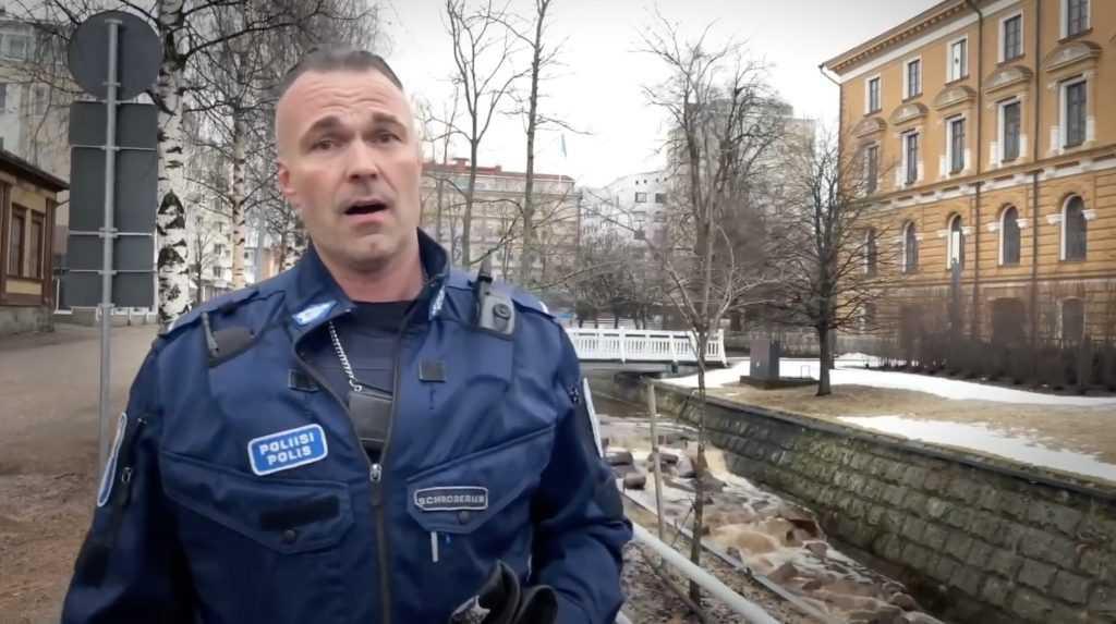 Финский полицейский растрогал россиян советской песней