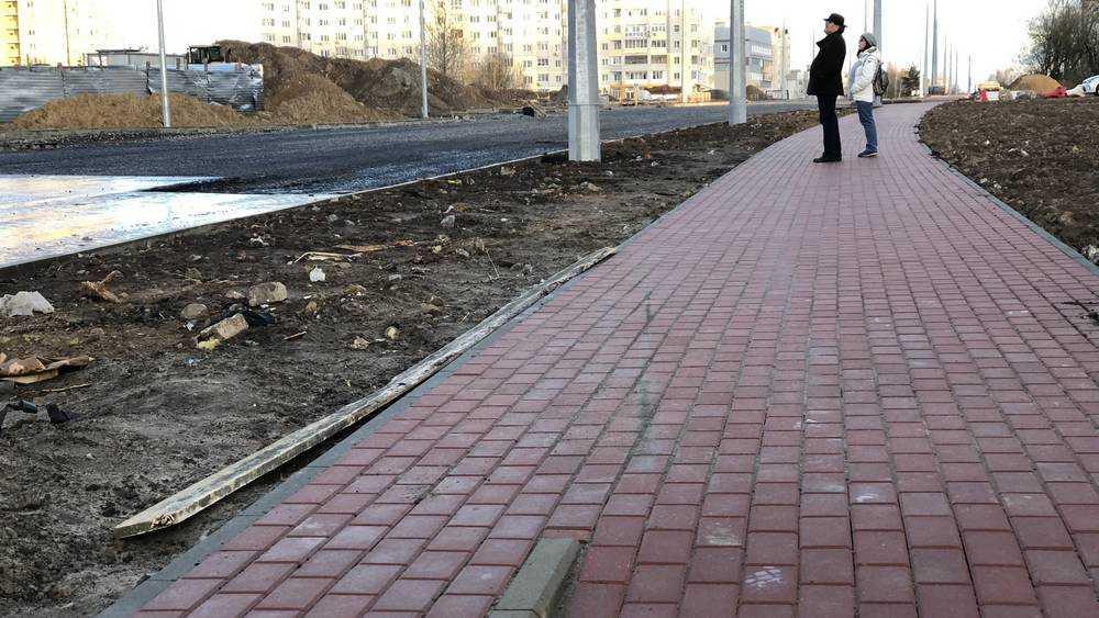 В Брянске вдоль новой дороги на Советской проложили тротуар
