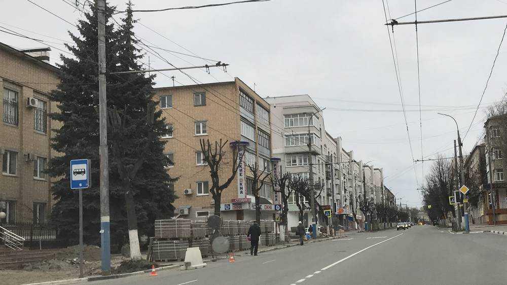 В центре Брянска возле суда начали строить новый тротуар