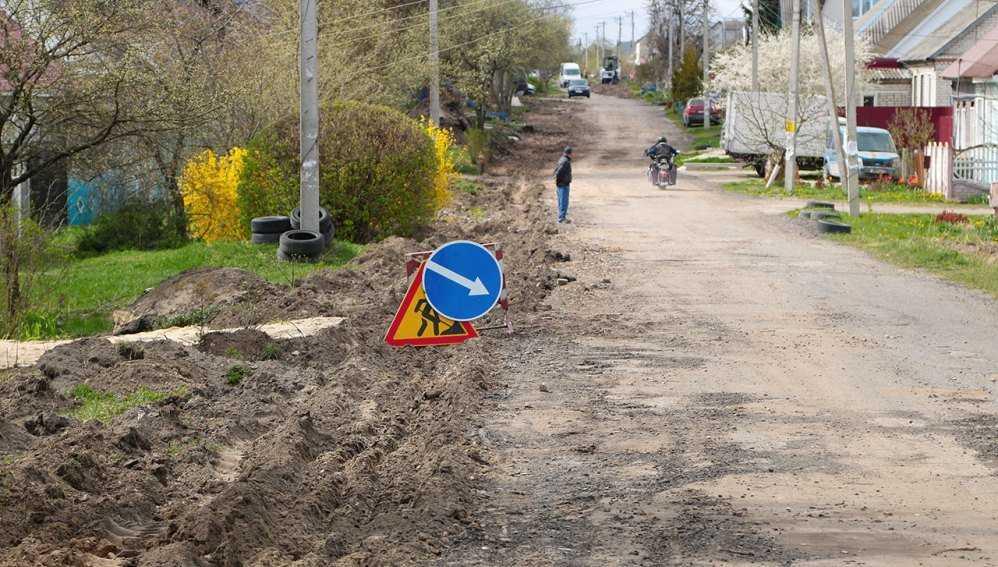 В Брянске начали ремонтировать разрушенную дорогу на улице Правды