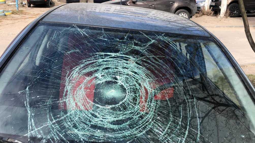 В Брянске неизвестные разбили стекло иномарки и порезали колёса