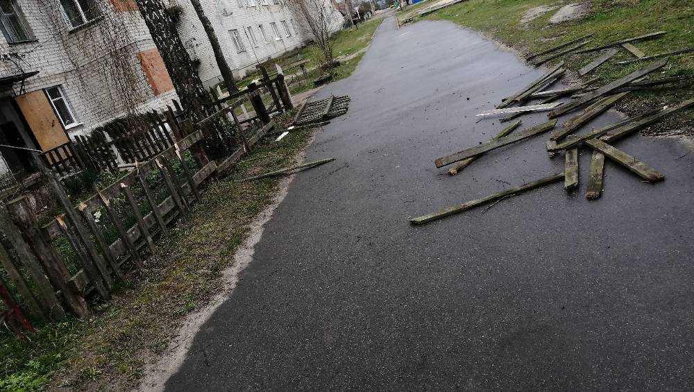 В Суземке молодежь в режиме самоизоляции разгромила забор