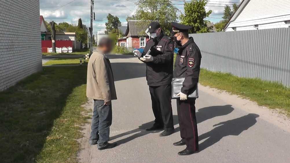 Брянские полицейские вылили 160 литров конфискованного самогона