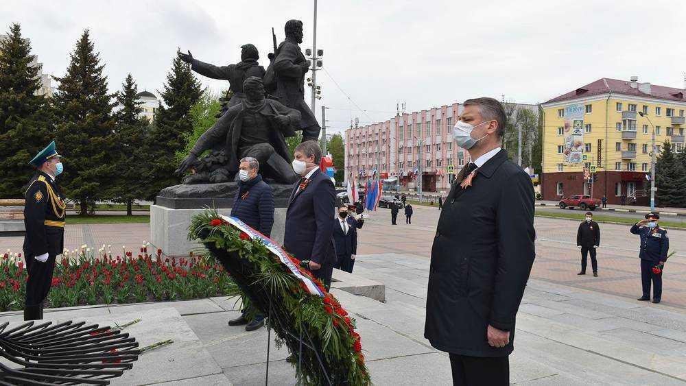 Брянский губернатор Александр Богомаз возложил цветы к Вечному огню
