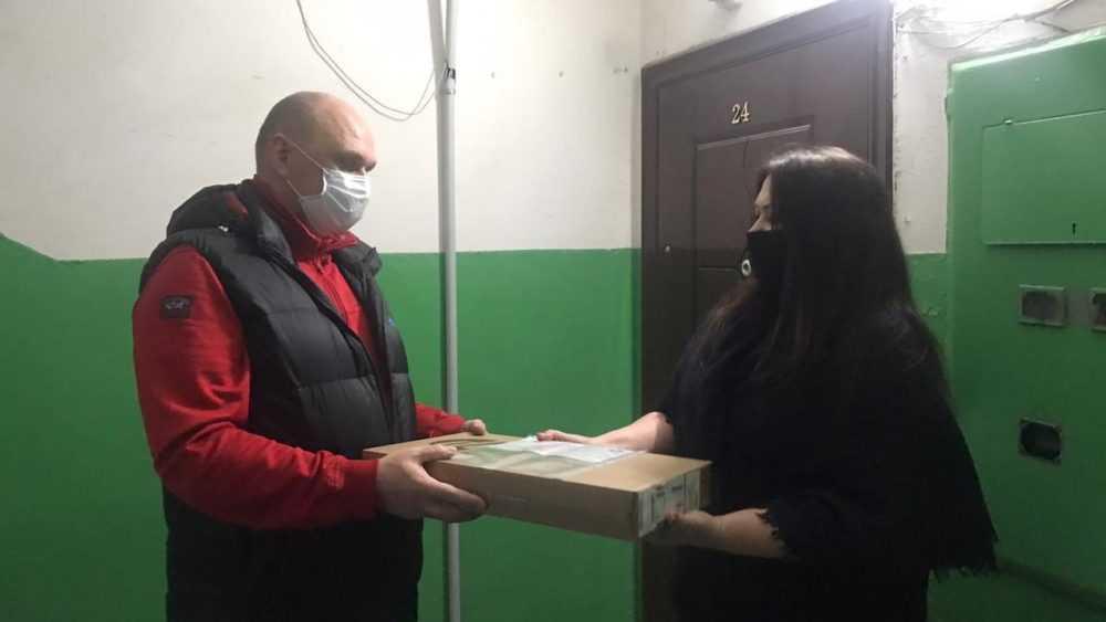 Депутат облдумы вручил ноутбук многодетной семье из Клинцов