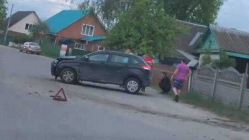 Машина врезалась в забор жилого дома в Брянске
