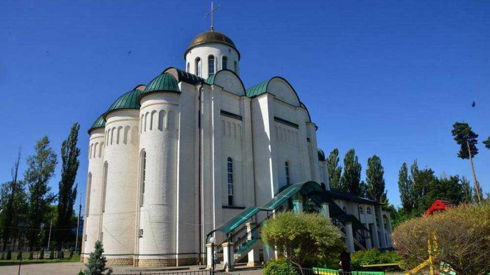В Брянске священник объяснил скопление людей возле храма