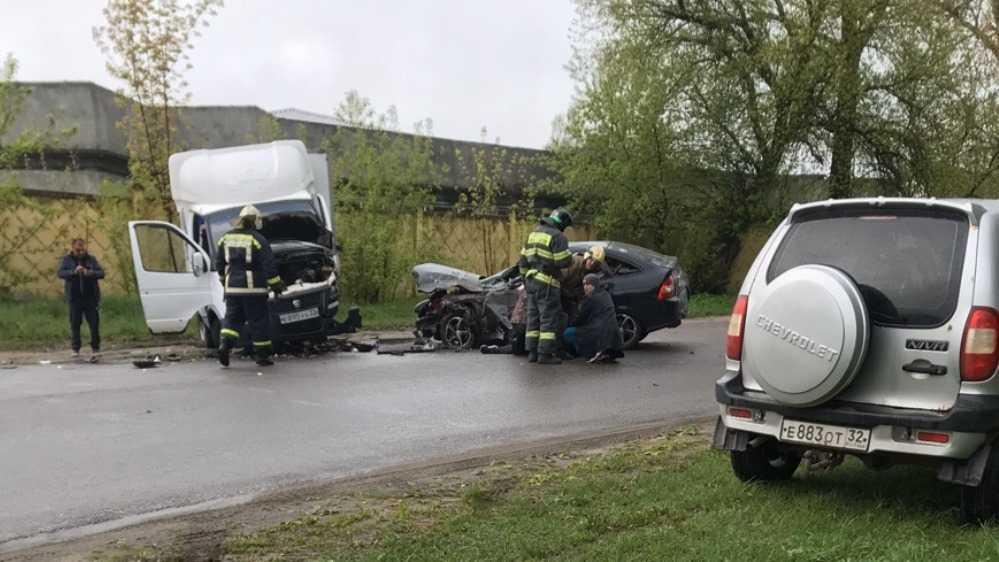 В Брянске врезавшийся в грузовое такси водитель Lada попал в реанимацию
