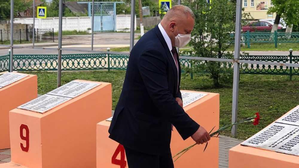 Валентин Суббот возложил цветы к братской могиле бойцов партизанской бригады имени Чапаева