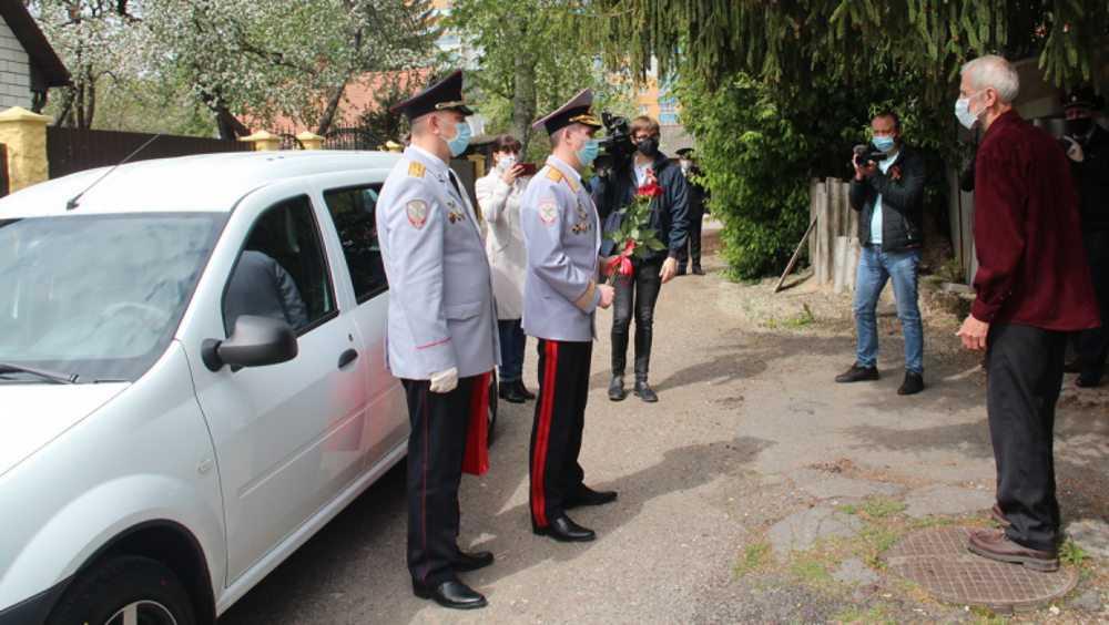 Начальник Брянского УМВД вручил вдове ветерана ключи от машины