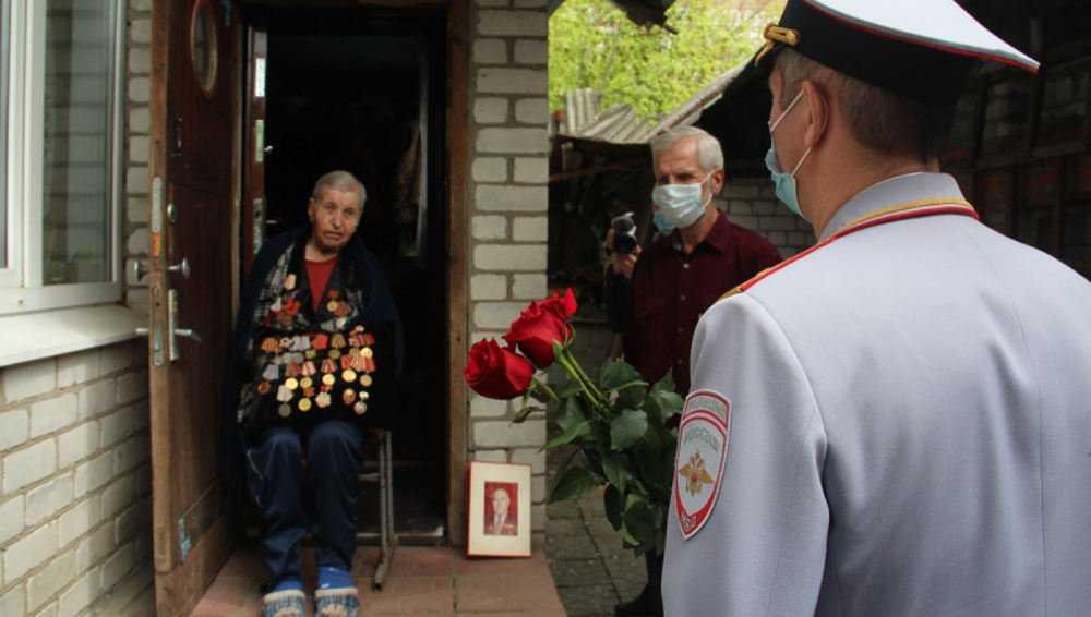 Вдове ветерана начальник УМВД Брянской области вручил ключи от автомобиля