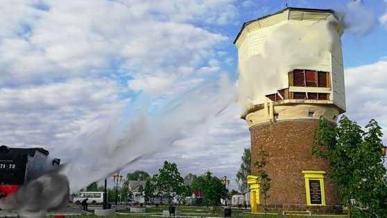 В Новозыбкове с водонапорной башни стал отваливаться сайдинг
