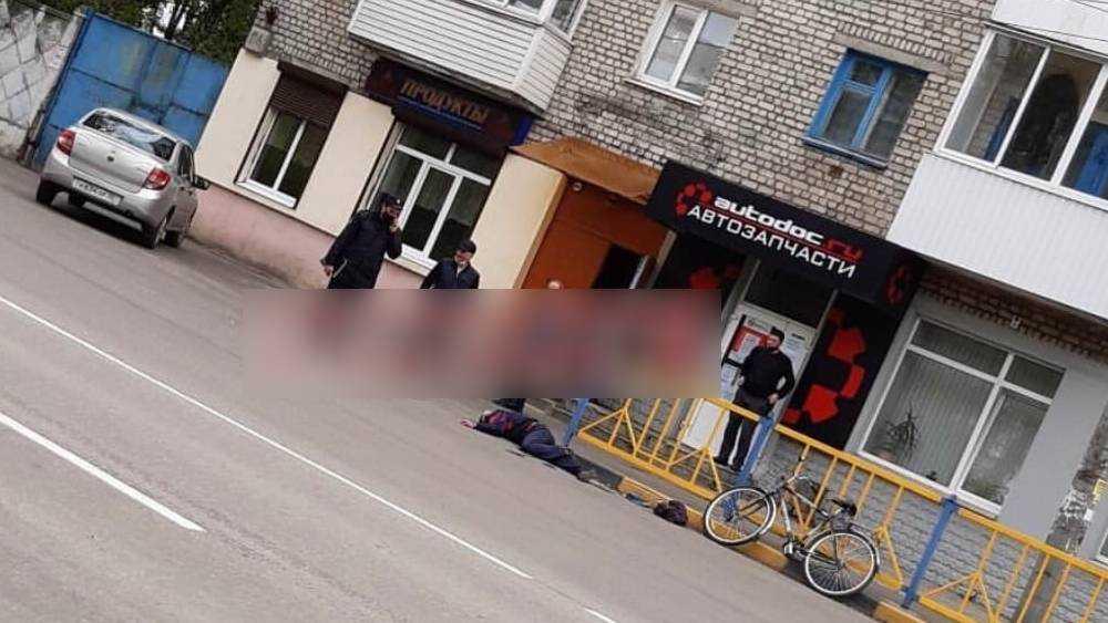 В Брянске сфотографировали лежавшего на дороге человека