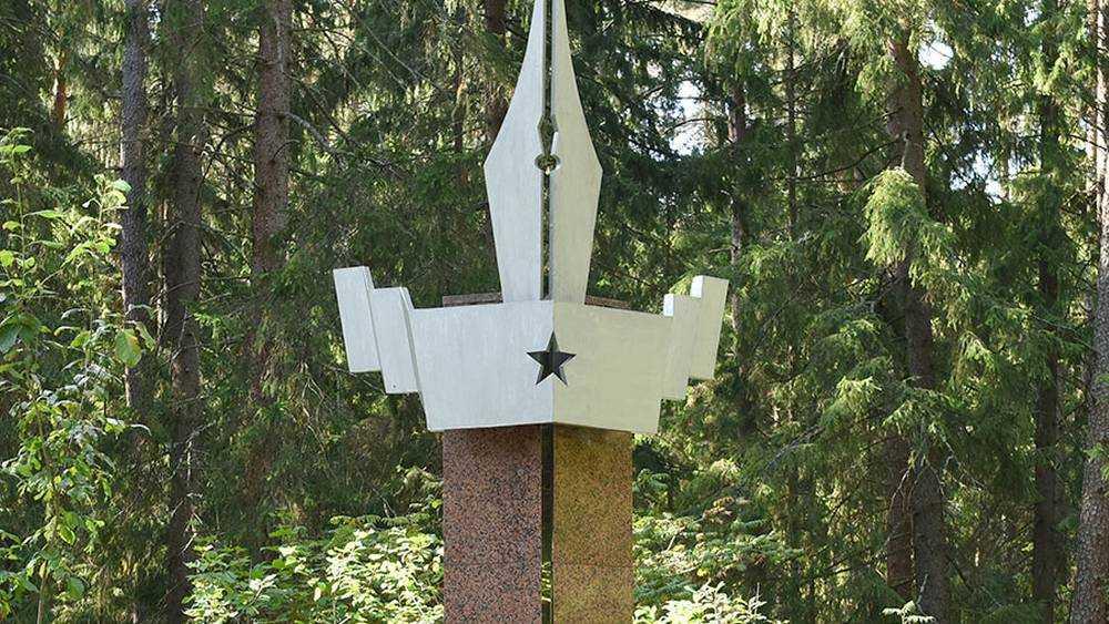 Под Брянском возложили цветы к памятнику военным журналистам