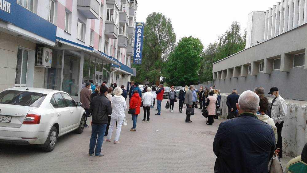 В Брянске возле Газпромбанка выстроилась огромная очередь