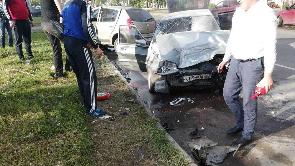 В ДТП на Литейной улице Брянска девушка застряла в стекле машины