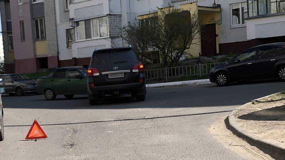 Блатной номер не уберег владельца машины от поцелуя с брянской дамой