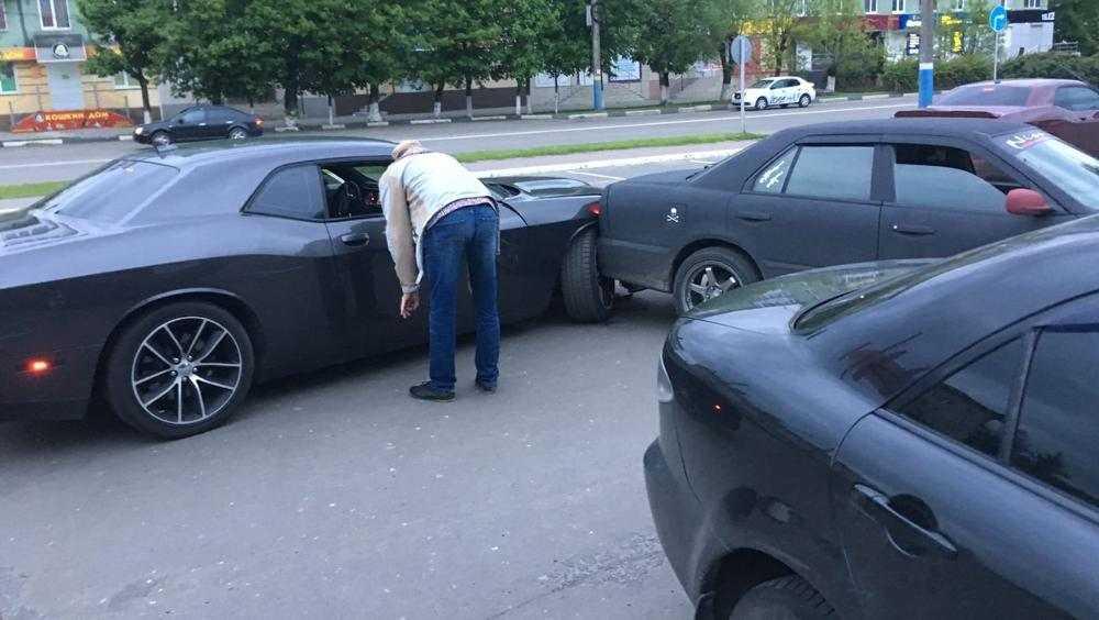 В Брянске на парковке возле БУМА в аварию попал «Додж» из Армении