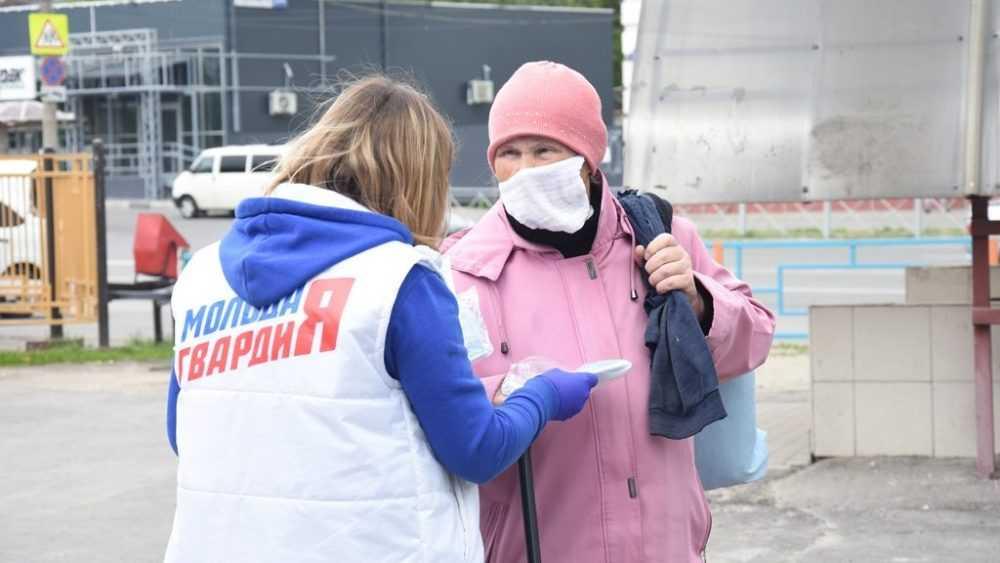 Брянские молодогвардейцы бесплатно раздают медицинские маски для защиты от коронавируса