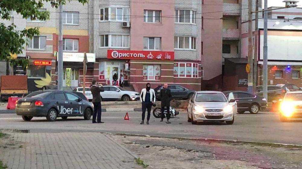 В Брянске мотоцикл врезался в легковушку на улице Крахмалёва