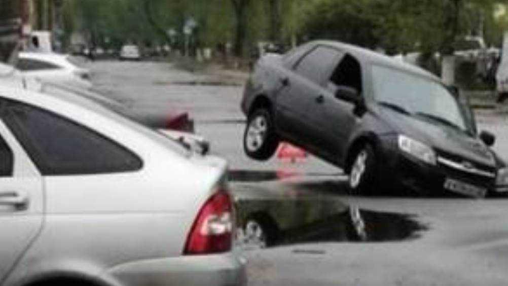 В Брянске легковушка провалилась в яму на улице Ростовской