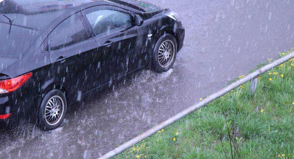 В Брянске после ливня затопило дороги и огороды