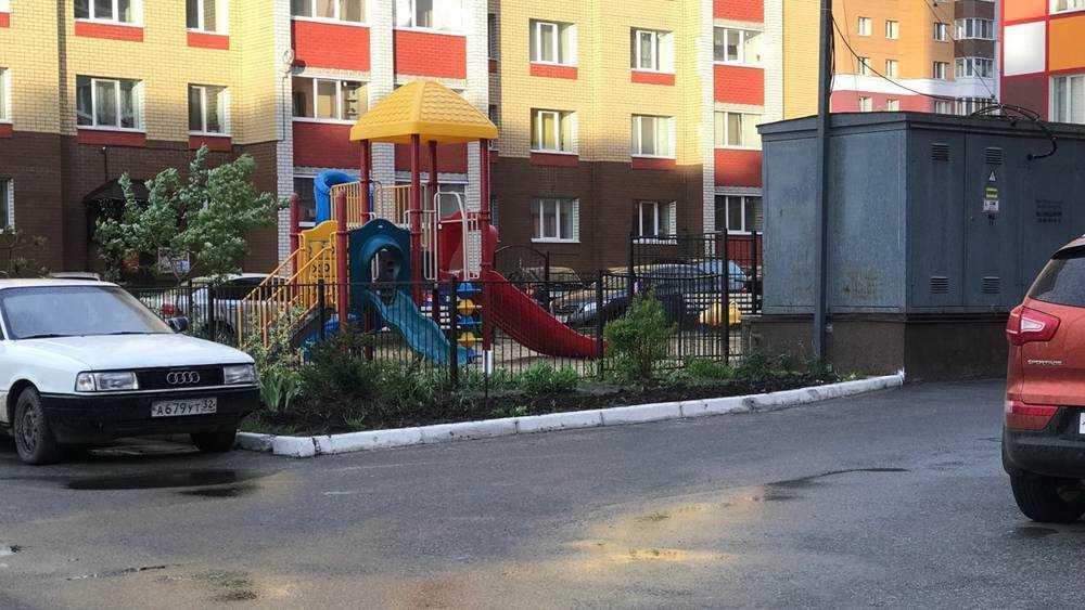 Брянских детей загнали в щели между машинами и будками