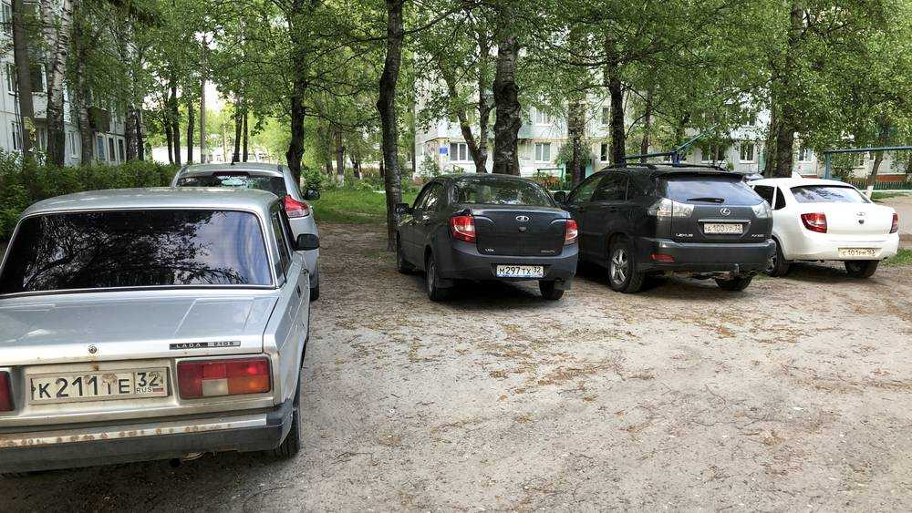 Штрафы за стоянку на газонах вытравят равнодушие брянских водителей