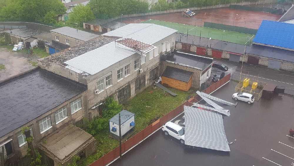 В Брянске стихия снесла крышу здания на 4 стоявших внизу автомобиля