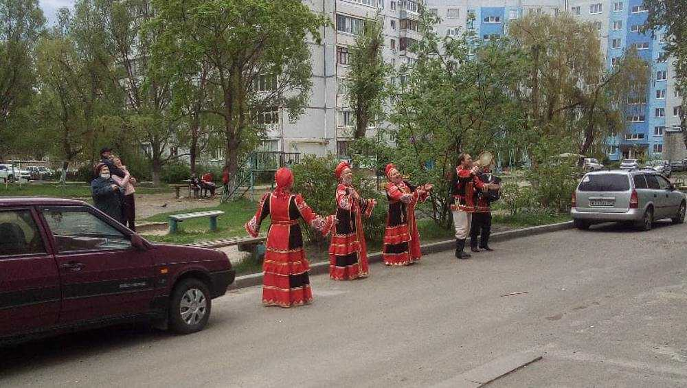 Брянский народный ансамбль «Околица» выступил под окнами ветеранов