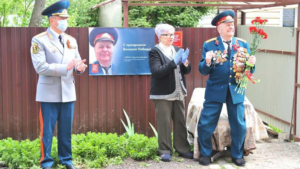 В Брянске бывшего танкиста экипажа Т-34 поздравили с оркестром