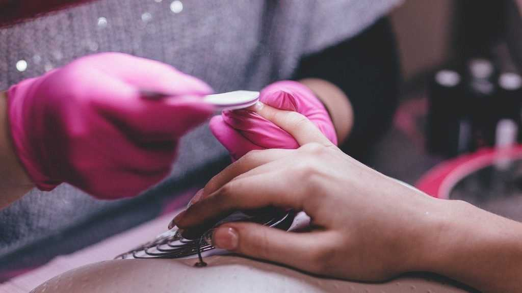 В черном пакете с красивыми ногтями: брянских красавиц не испугал вирус