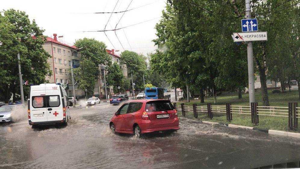 Сильнейший ливень затопил весь Брянск