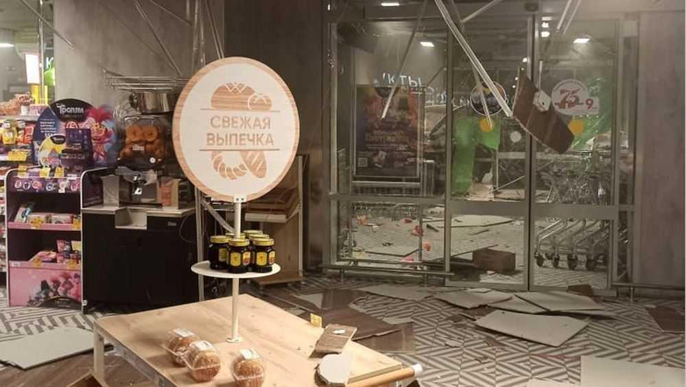 В Белых Берегах налетчики взорвали банкомат в магазине
