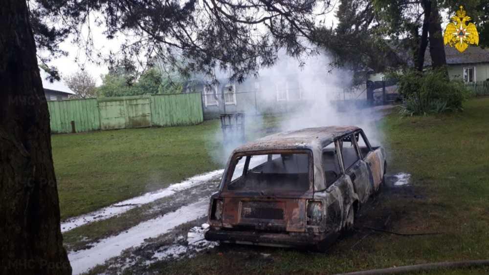 В Дятькове Брянской области утром сгорел автомобиль ВАЗ
