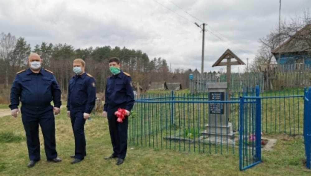 Брянские следователи привели в порядок памятник связному партизан